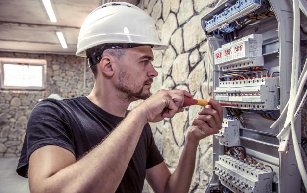Ustrezne elektro omarice poskrbijo za distribucijo elektrike iz javnega omrežja v objekt