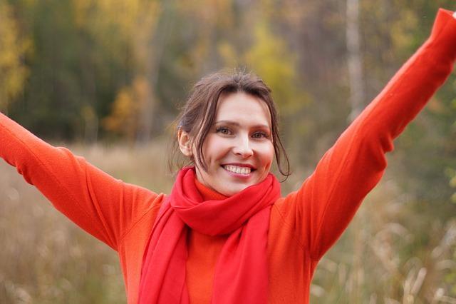 Pri izbiri osebnega zdravnika običajno nimamo kakšnih posebnih zahtev in bolj cenimo odlike, ki pomenijo prijetno splošno izkušnjo. Iščemo odzivne in prilagodljive zobozdravnike, pri katerih lahko računamo na ugodne urnike pri rednih obiskih. Večinoma gre za preglede in lažja zdravljenja, kar lahko dobro opravi vsak zobozdravnik, Ljubljana pa ima na tem področju bolj očitne prednosti s tem, da zagotavlja enostaven dostop do zobozdravnikov in veliko izbire. To pomeni, da bo gotovo moč najti ustreznega zobozdravnika, s katerim bomo zelo zadovoljni. Ponudba zobozdravnikov nadalje presega zgolj osnovne storitve in zdravljenja. Če potrebujemo kakšne posebne posege, se običajno osredotočimo na posamezna zobozdravstvena področja. Verjetno bomo našli najboljšo ponudbo pri zasebnih zobozdravnikih, sploh če nas zanimajo storitve s področja estetskega zobozdravstva ali pa kakšni napredni protetični izdelki. V takšnih primerih je pomembno, da izberemo pravega strokovnjaka, saj dobre izkušnje ne more zagotoviti kar vsak zobozdravnik. Ljubljana na srečo ponuja dobro ponudbo tudi na teh področjih. Zobozdravnik Ljubljana za področje estetskega zobozdravstva Veliko je povpraševanja po estetskih posegih. Tu prevladuje beljenje zob, ki je priljubljena storitev. Opravlja se na različne načine, izbiro prave tehnike pa bo priporočil zdravnik. Pomembno je torej, da najdemo pravega izvajalca, ki lahko pripravi dober načrt in tudi izvede vse postopke. Običajno gre za zobozdravniški center, ki se osredotoča prav na estetske posege oziroma storitve. Pozanimati se moramo, kaj je pri zobozdravnikih sploh na voljo. Beljenje zob je možno na različne načine, sploh če nas zanimajo hitri posegi z dobrimi rezultati. Pogosto se recimo odločamo za zobne luske, ki predstavljajo trajno rešitev, medtem ko pri samem beljenju obstajajo različne tehnike z bolj ali manj prepričljivimi rezultati. Ker je tudi ponudba odvisna od zobozdravnika, moramo izbrati pravi center. Običajno lahko računamo na to, da bomo d