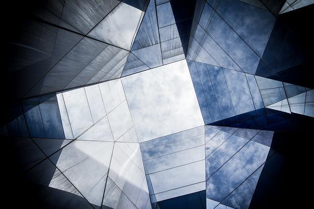 Steklo naredi prav poseben vtis, te učinke pa prevzemajo tudi steklena drsna vrata