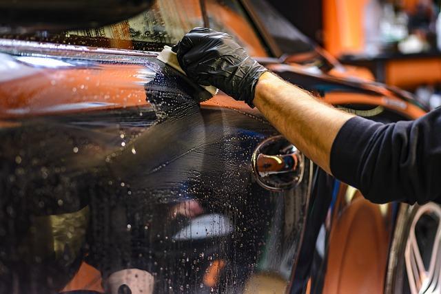 Visokotlačni čistilec na toplo vodo je pogosto najboljša izbira za zahtevne madeže v garaži