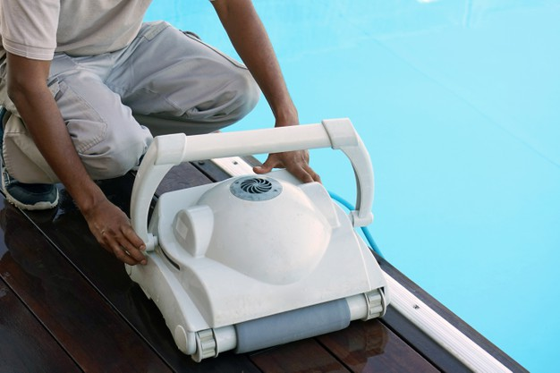 Naprava, kot je robot za bazen, je vaš najboljši asistent pri čiščenju bazena